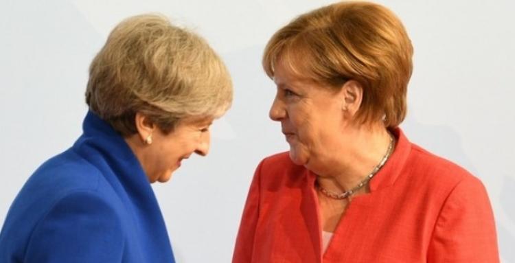 Merkelová veřejně se vysmála Thereze Mayové kvůli Brexitu. Reakce se dostala před novináře...