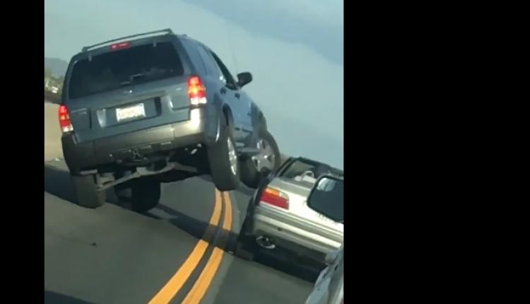 To se nepovedlo. Řidič po verbálním incidentu skončil s autem na boku