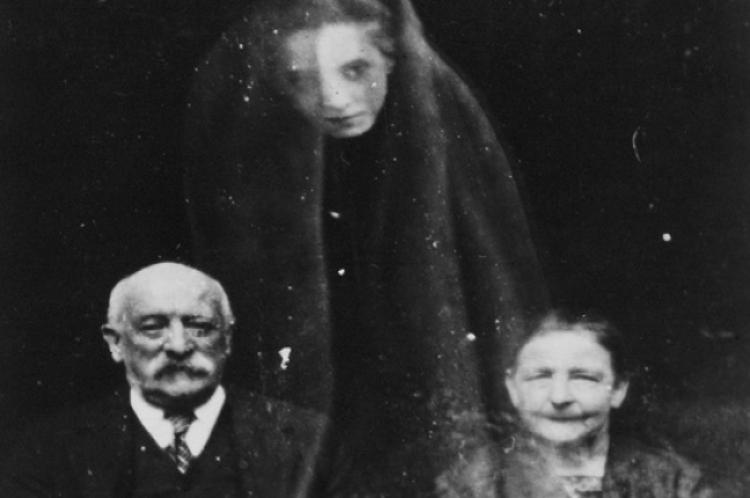 Tento muž ve 20. století vydělával na živobytí fotkami s duchy
