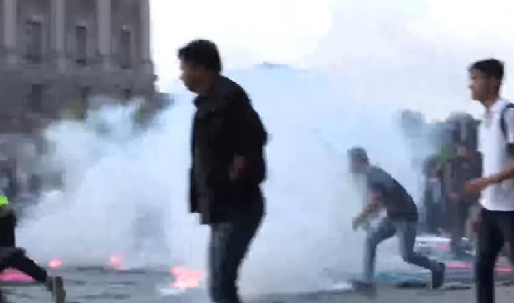Pouliční nepokoje ilegálních imigrantů se Švédy. Hádejte, kdo byl nakonec zatčen...