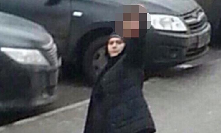Žena v černém volala Allahu Akbar a držela v ruce něco, co silně otřáslo veřejností