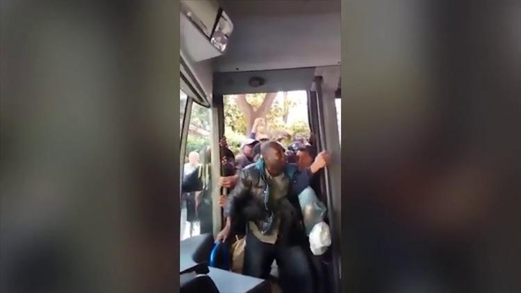 Doktoři a inženýři z Afriky nastupují v Itálii do autobusu. Obohaťte se a učte