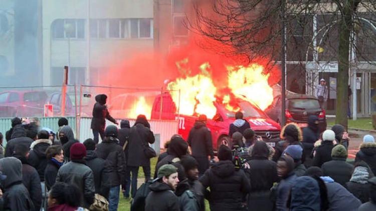 Francie je na pokraji občanské války. Situace začíná být kritická, polovina armády je v ulicích měst