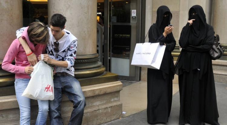 Štědré dávky, zahalené ženy, žádná kontrola. Z evropského města se stal ráj muslimů, i těch radikálních