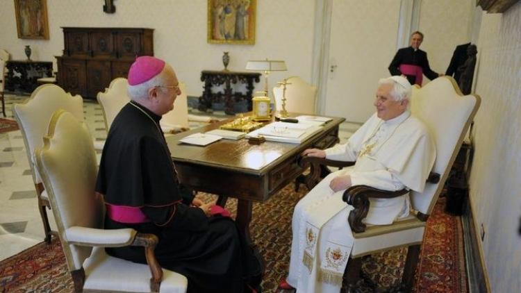 """Pěvecký sbor byl peklem. Církev zneužila a týrala 547 """"vrabců"""", vinu nese i bratr bývalého papeže"""