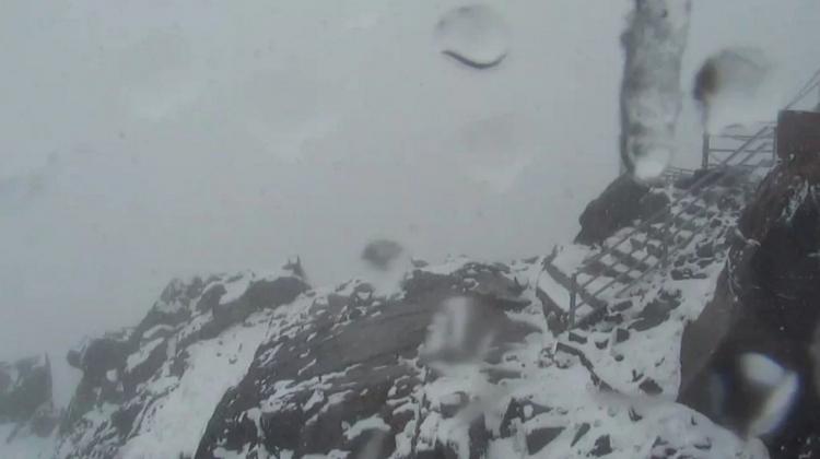 Zapomeňte na léto. V Tatrách aktuálně hustě sněží...