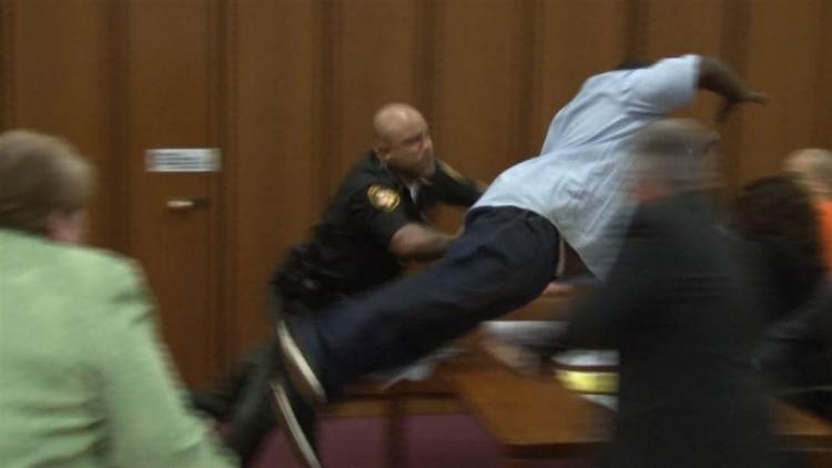 Muž u soudu skočil po vrahovi své dcery, který se mu smál do očí