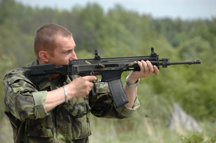 Češi se ozbrojují: Jak získat zbrojní průkaz a co si s pistolí nesmíte dovolit?