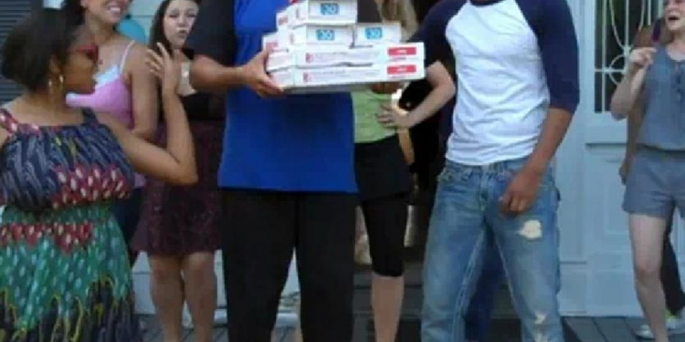 S doručením pizzy přišlo překvapení, na které nebyl zaměstnanec firmy připraven