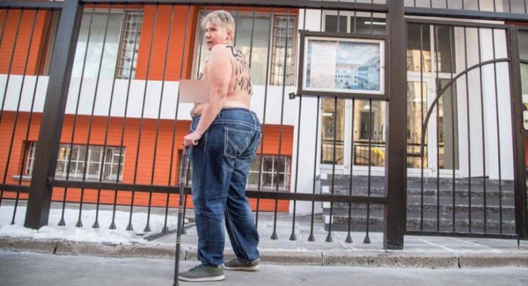 Obézní feministka protestovala proti Zemanovi... ale na špatném místě
