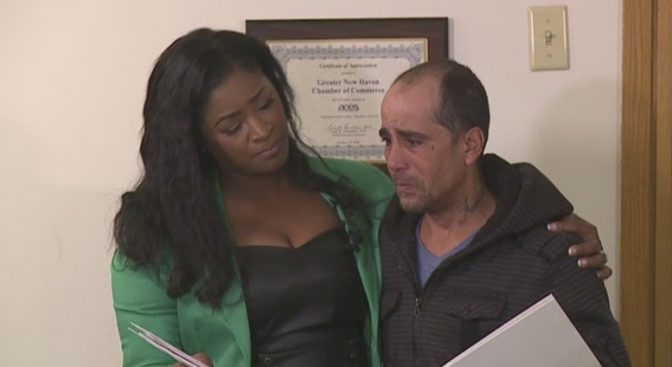 Bezdomovec našel šek na obrovskou sumu peněz a… vrátil ho majitelce. Odměna byla úžasná