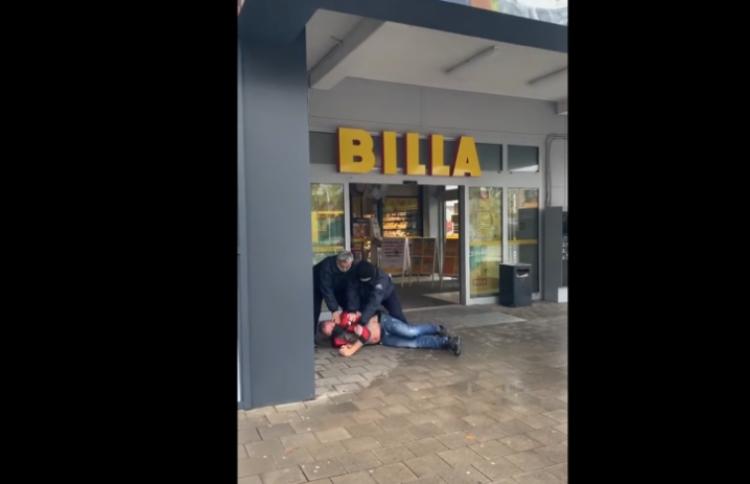 Členové supermarketu Billa neumožnily zákazníkovi nakoupit v potravinách a fyzicky ho napadli