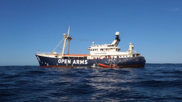 Libyjci výstražně stříleli na loď zachraňující uprchlíky