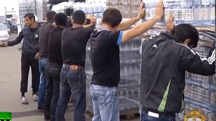 """Podívejte se: lidé tleskají Rusku za přístup k nelegálům, iDNES zemi líčí jako zdroj """"tisíců džihádistů"""""""