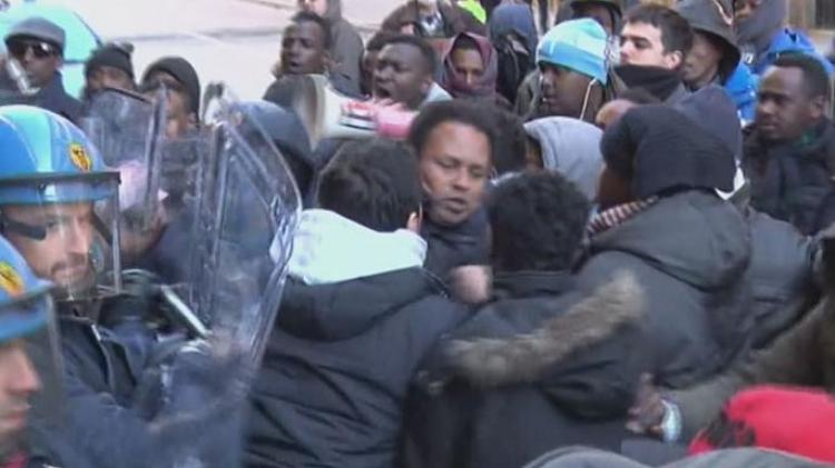 Imigranti rozpoutávají v Itálii násilí: Nejsme zvířata, máme více práv a chceme skutečný domov!