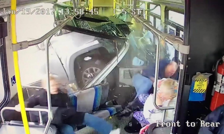 Tento Američan si spletl brzdu a plyn, projel do vnitřku autobusu