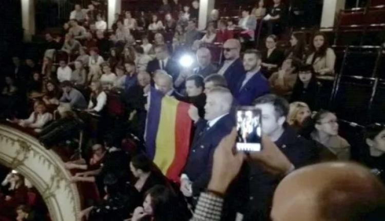 To se jen tak nevidí. V rumunské národní opeře probíhalo islámské volání k modlitbě a pak přišlo nečekané přerušení zdejších patriotů...