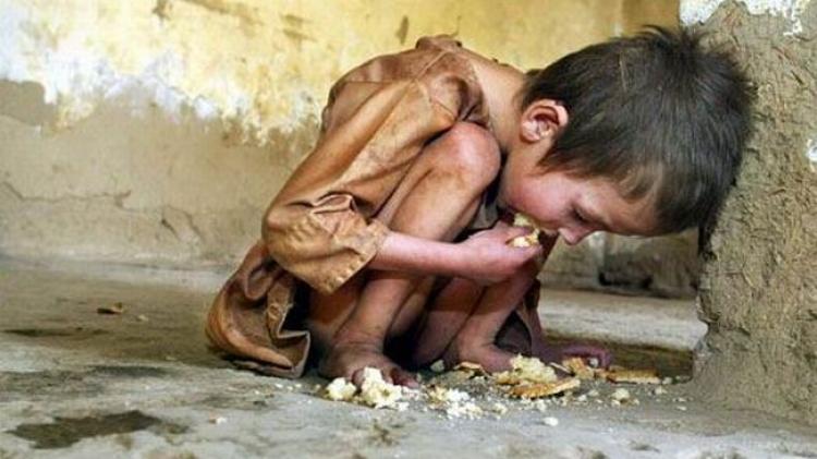 Příběh k zamyšlení: Bohatý táta ukázal synovi, jak žijí chudí lidé. Jeho reakci nečekal