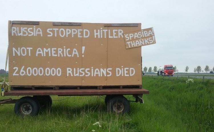 """Tato fotografie holandského farmáře obletěla internetový svět: """"Rusko zastavilo Hitlera, ne Amerika!"""""""