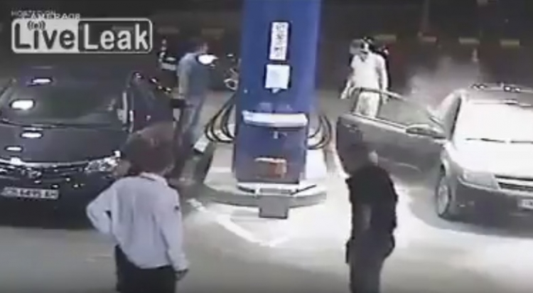 Mladík odmítne na čerpací stanici zhasnout cigaretu. Za okamžik dostal lekci, na kterou jen tak nezapomene...