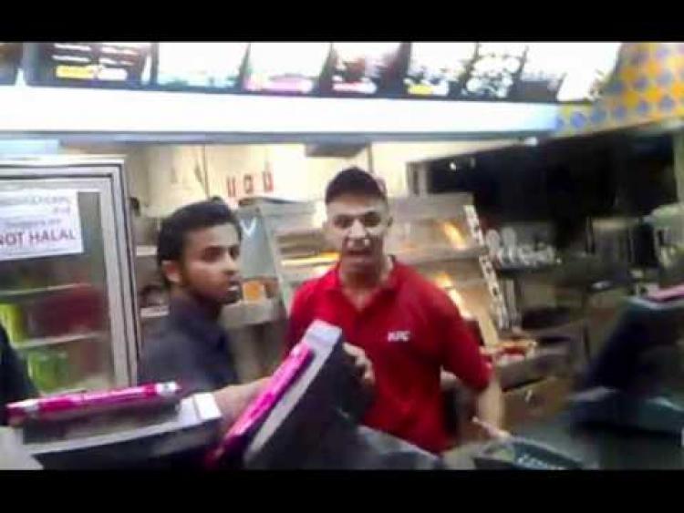 Muslimský zaměstnanec KFC dostal záchvat poté, co se zákazník zeptal na slaninu
