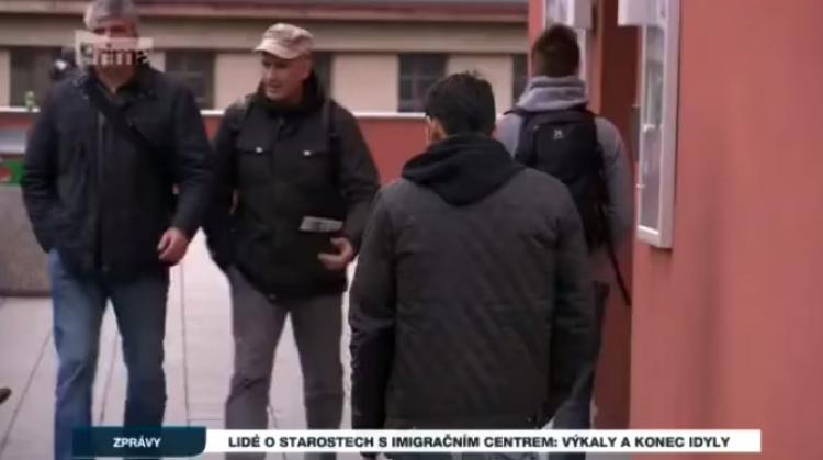 Ministerstvo vnitra ČR zřídilo lidem před okny obrovské imigrační centrum, kam denně míří stovky cizinců. Bordel, výkaly. Podívejte se na reportáž