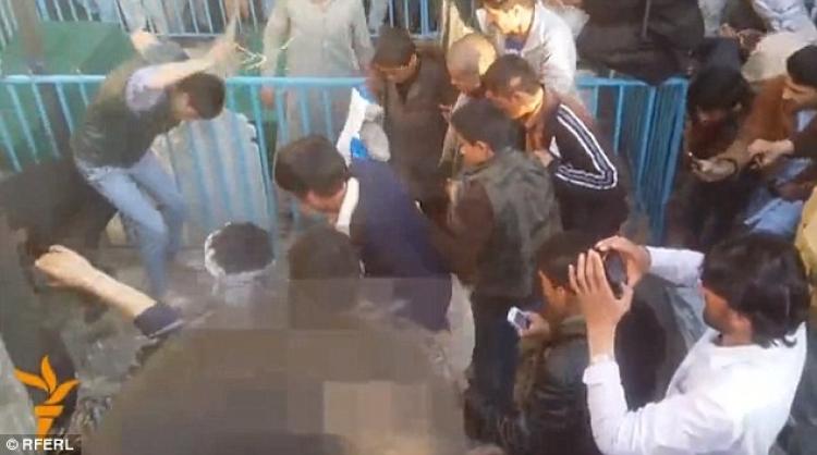 Nejen média tyto záběry ignorují. Afghánská žena zbita, kamenována a nakonec zaživa upálena. Trest byl vykonán bez soudu