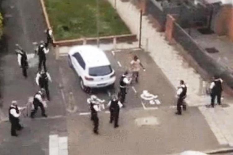 """Bezmocnost policie. Internetem se šíří video, na kterém imigrant """"nahání"""" 11 ozbrojených policistů"""