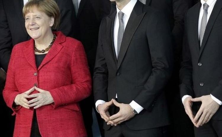 Podezření na Angelu Merkelovou díky tomuto skrytému pozdravu. Týká se jedné tajné organizace...