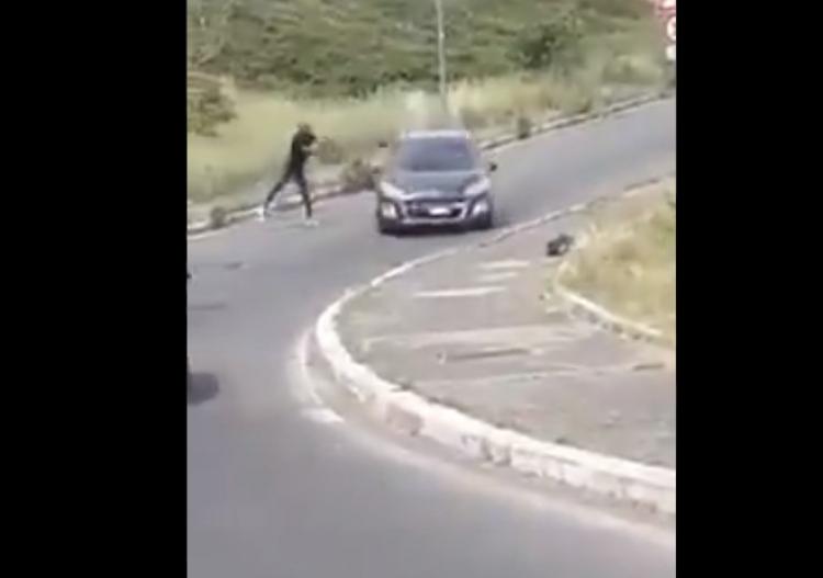 Matteo Salvini publikoval video s migrantem, který rozbíjel auta a ohrožoval občany