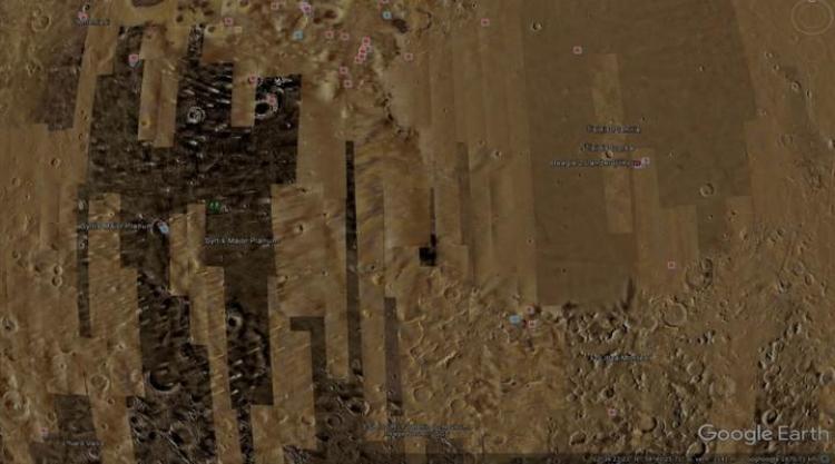 Kdo ho tam vysadil? Na Marsu vyfotografován neidentifikovaný čtvrtý rover