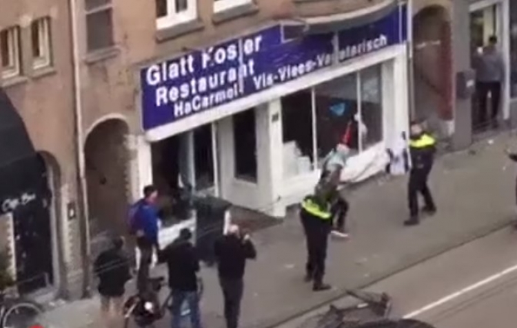 Muž v Amsterdamu rozbíjí židovskou restauraci, policisté zpočátku nevědí, co mají dělat