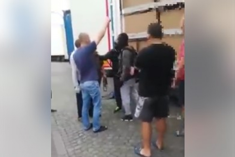 """Migrant zničil plachtu u kamionu. Tak mu to polský řidič """"vysvětlil"""" po svém..."""