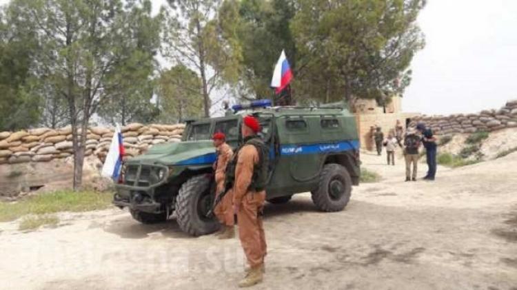 Kolony obrněné techniky Ruska a USA oddělují od sebe Kurdy a Turky