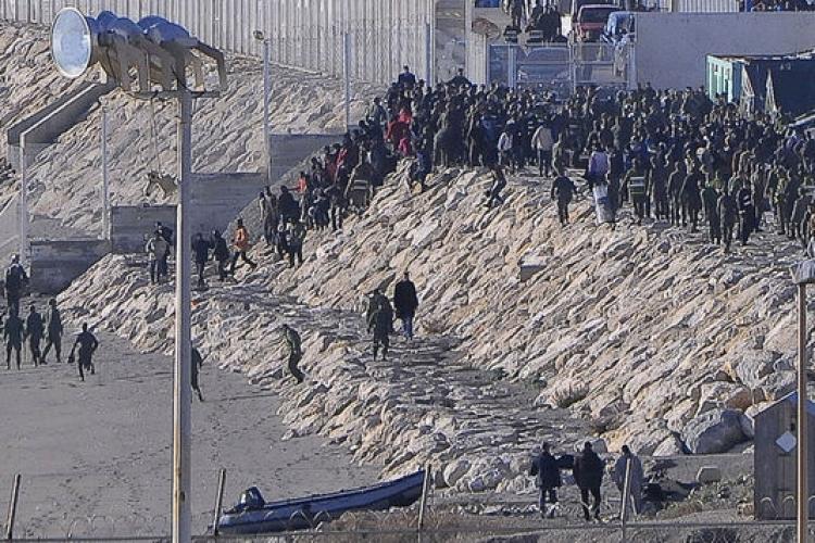 Migranti vzali útokem hranice EU, až 500 jich překonalo obří plot