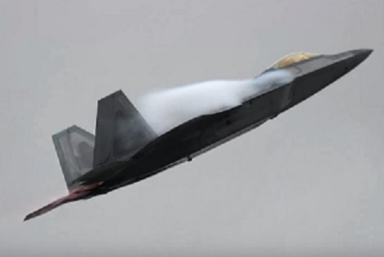 Americký Raptor dorážel na ruské šturmoviky. Po přiblížení Su-35 vzal do zaječích