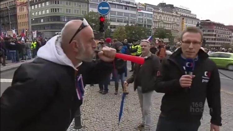 Občan v přímém přenosu se pustil do moderátora České televize