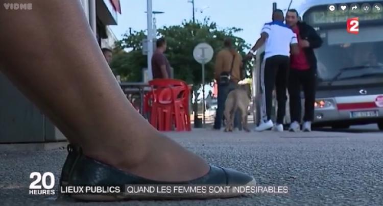 Ženy v Paříži jsou v šoku. V některých částech mají zakáz vstupu do kaváren, barů a volného pohybu po ulicích...