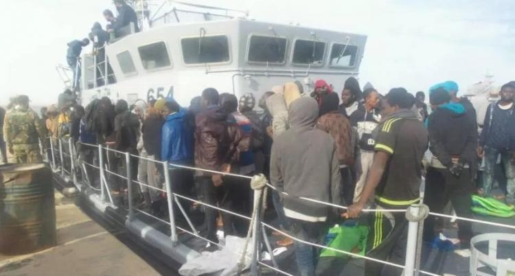 Libyjské námořnictvo zachránilo 272 migrantů a vrátilo je zpět do Afriky
