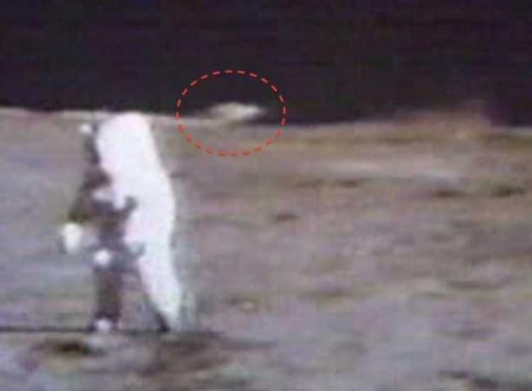 Varování mimozemšťanů? Video zobrazuje UFO, jak pozoruje Apollo 15. Astronaut promluvil...