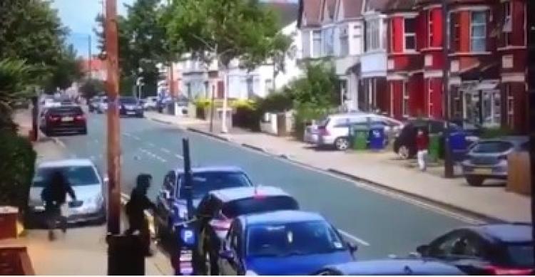 Migranti bojují přímo v ulicích Londýna. Britští policisté si neví rady