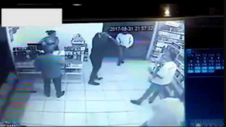 """Zloděj si vybral špatný obchod, jeho zákazníky byli policisté v civilu. S mužem udělali """"krátký proces"""""""