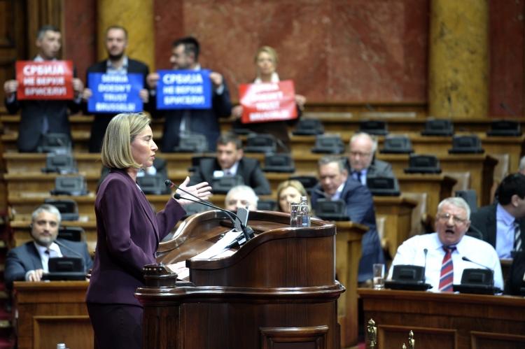 Šéfka diplomacie Evropské unie Federica Mogheriniová zažila velmi nepříjemnou situaci v Srbsku