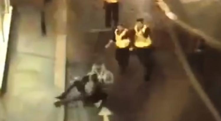 Britské policii unikal zloděj. Všimla si toho pozorná žena touto akcí jej zneškodnila