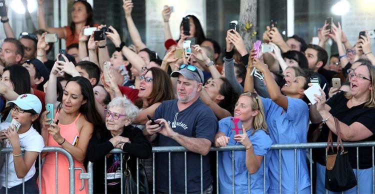 Všichni sdílejí tuto nenápadnou fotografii davu z dobrého důvodu. Poznáte proč?