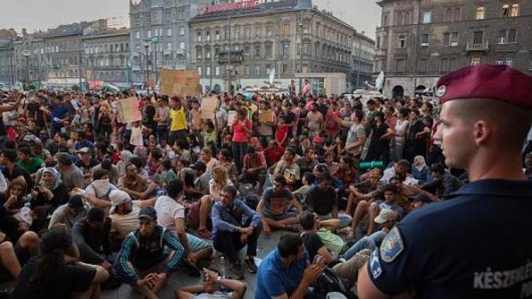 Statisíce migrantů nebudou pochodovat po naší zemi, tvrdí Maďarsko. U hranic buduje vojenské základny