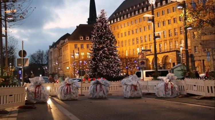 Merkelová věnovala Německu k Vánocům protiteroristické bariéry zabalené do vánočního papíru