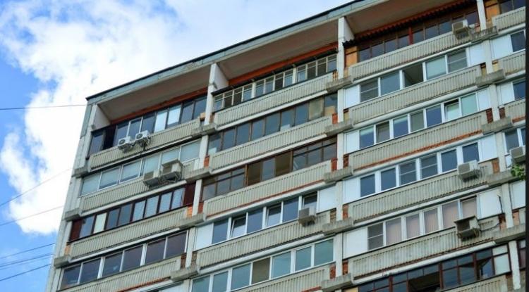 Rus se opil tak, že vypadl z 9. patra na beton. Následně vstal a pokračoval dále v pití