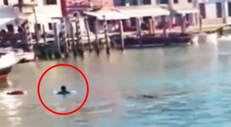 VIDEO: Migrant se utopil ve vodě v Itálii, turisté se mu jen smáli