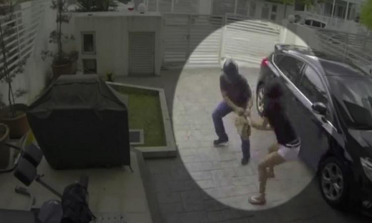 Snažili se jí ukrást kabelku, vybrali si ale těžkou cestu. Žena byla po tréningu MMA